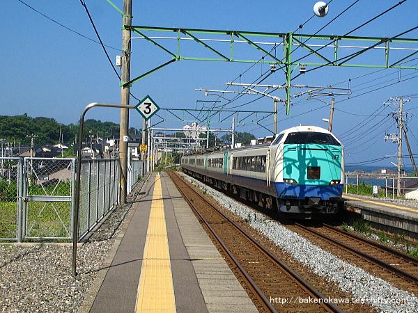 鯨波駅を通過する485系電車特急「北越」