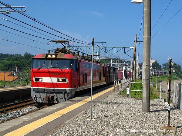 鯨波駅に進入するEF510形電気機関車牽引の貨物列車