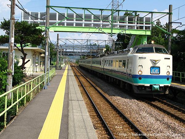 茨目駅を通過する485系電車特急「北越」
