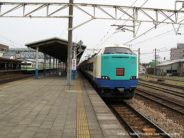 柏崎駅に停車中の485系電車特急「北越」