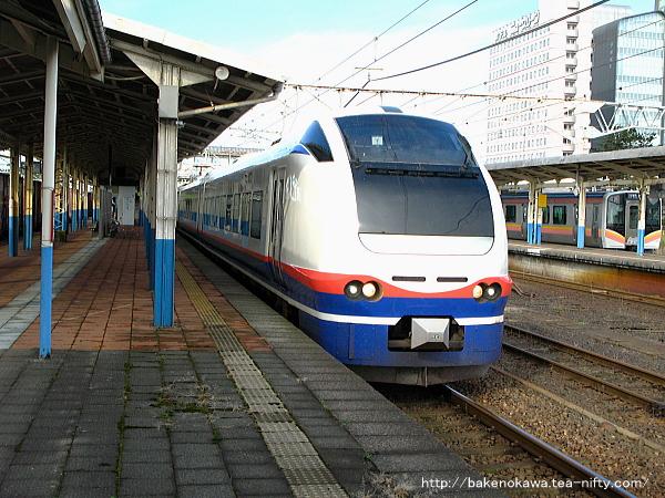 柏崎駅を出発するE653系電車特急「しらゆき」
