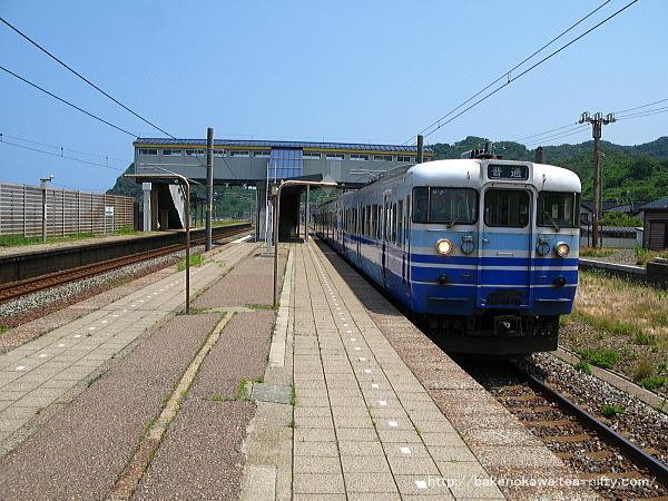 米山駅を出発する115系電車