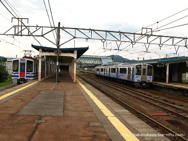 新井駅構内のET127系電車とHK100形電車