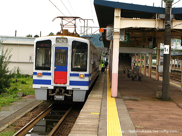 新井駅で待機中のHK100形電車