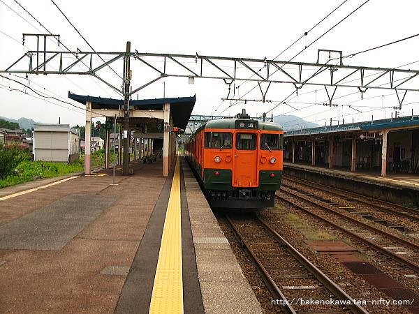 新井駅に停車中の115系電車