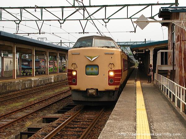 新井駅に到着した189系電車「妙高」