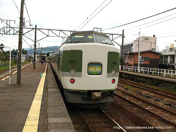 新井駅に停車中の189系電車「妙高」その2