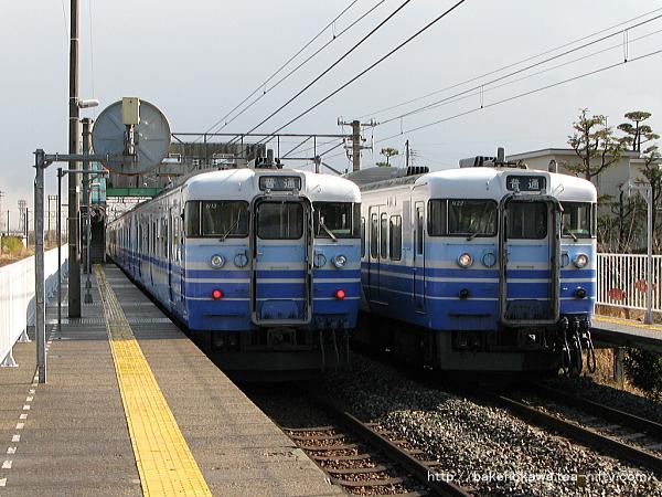 黒山駅で列車交換する115系電車