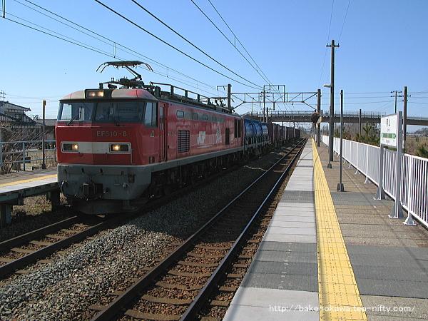 黒山駅を通過するEF510形電気機関車牽引の貨物列車