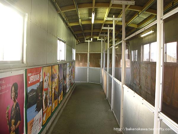 水原駅の跨線橋兼自由通路内部