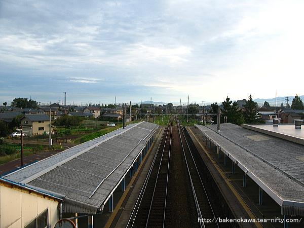 跨線橋上から見た構内の新発田方の様子