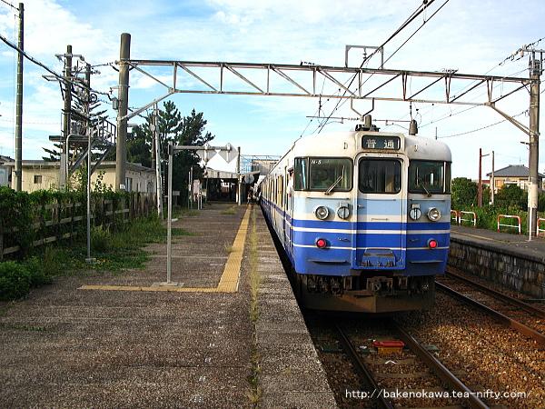 水原駅に停車中の115系電車