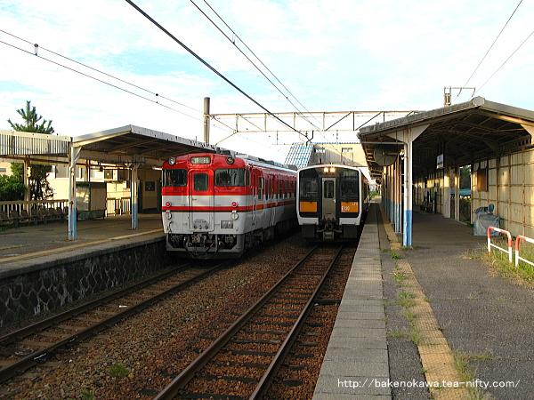 水原駅で列車交換するキハ40系気動車とキハE120とキハ110気動車