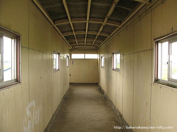 京ヶ瀬駅の跨線橋内部