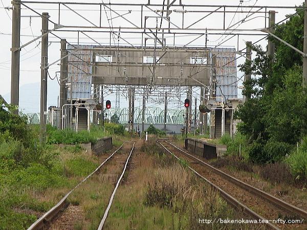 新発田方の踏切から見た京ヶ瀬駅構内