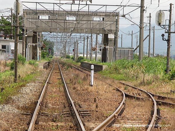 新津方の踏切から見た京ヶ瀬駅構内
