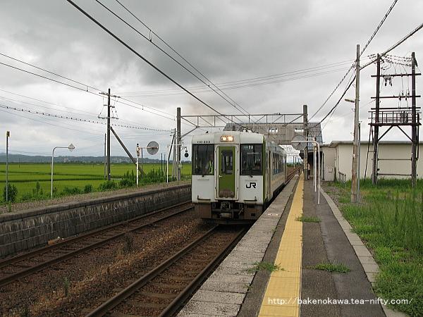 京ヶ瀬駅を出発するキハ110系気動車その一