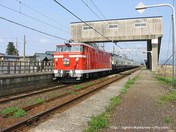 京ヶ瀬駅を通過するDD53形ディーゼル機関車牽引の団体列車「急行鳥海」
