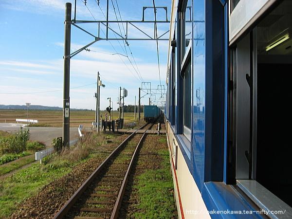 新発田行普通列車と上り貨物列車が京ヶ瀬駅で列車交換