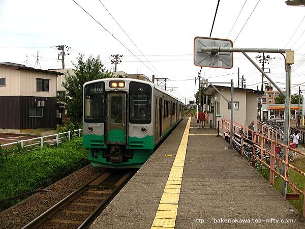 南高田駅に停車中のET127系電車