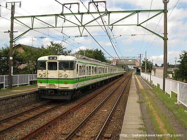 古津駅に停車中の115系電車その1
