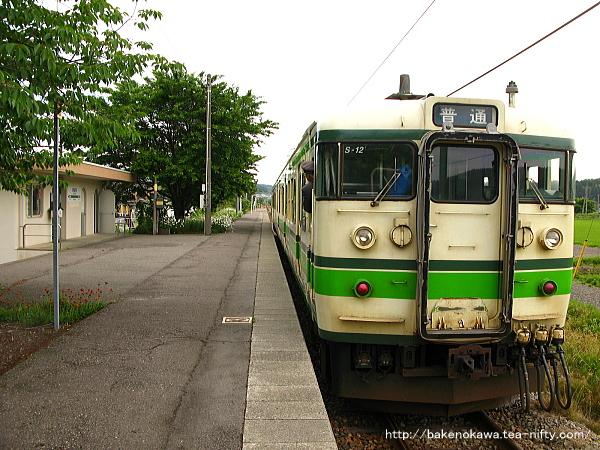 妙法寺駅を出発する115系電車その1