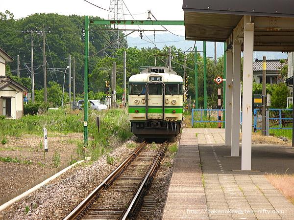 西中通駅を出発する115系電車その2