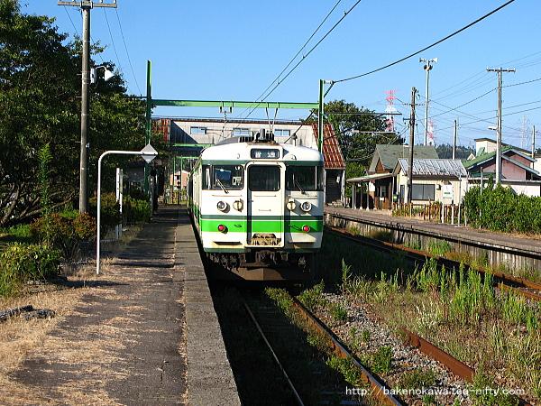 西山駅に到着した115系電車