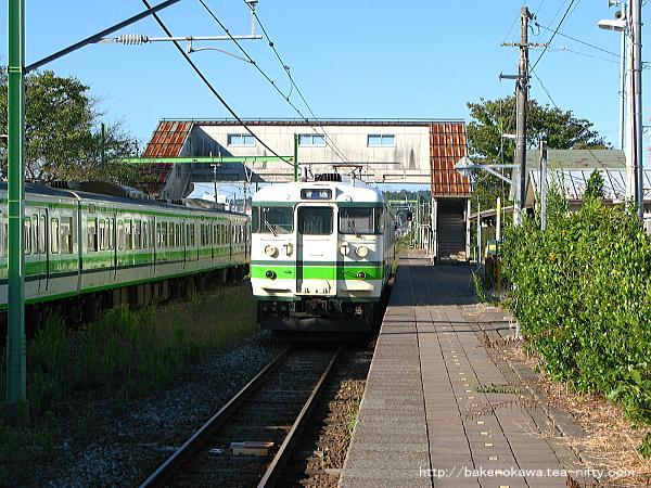 西山駅に進入する115系電車その2