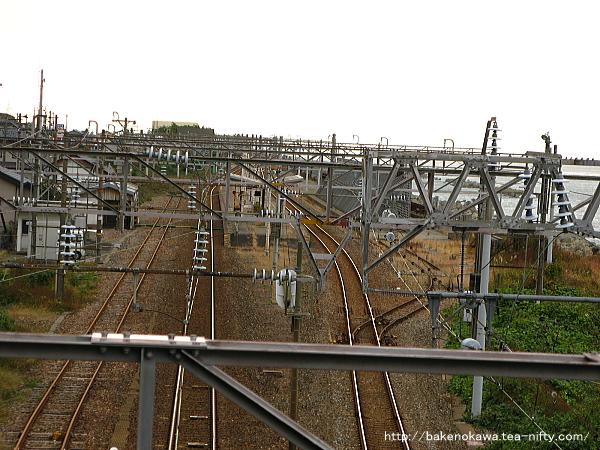 陸橋上から見た市振駅構内