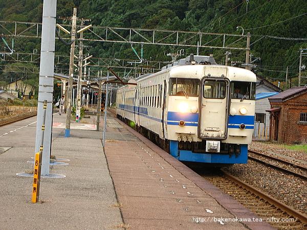 市振駅を出発する475系電車