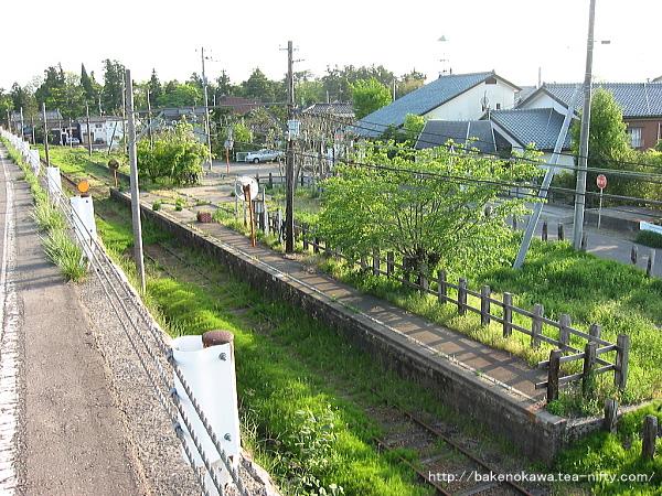 堤防道路から見た味方駅構内その1