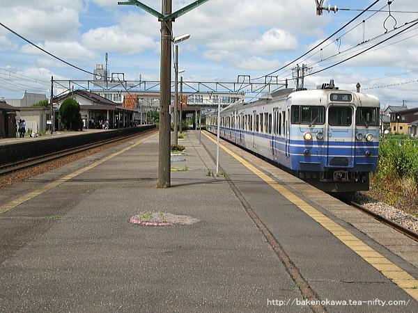 三条駅を出発する115系電車その1