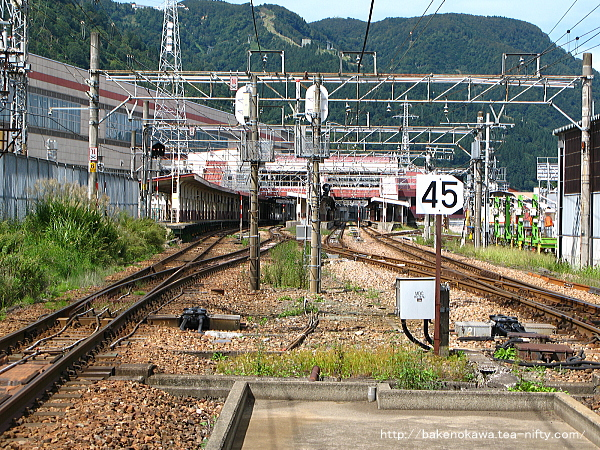 踏切から見た越後湯沢駅構内