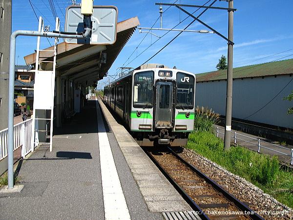 北吉田駅を出発するE127系電車