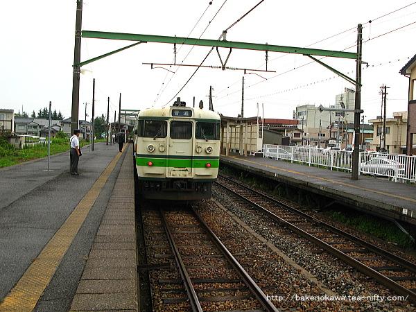 巻駅に到着した115系電車