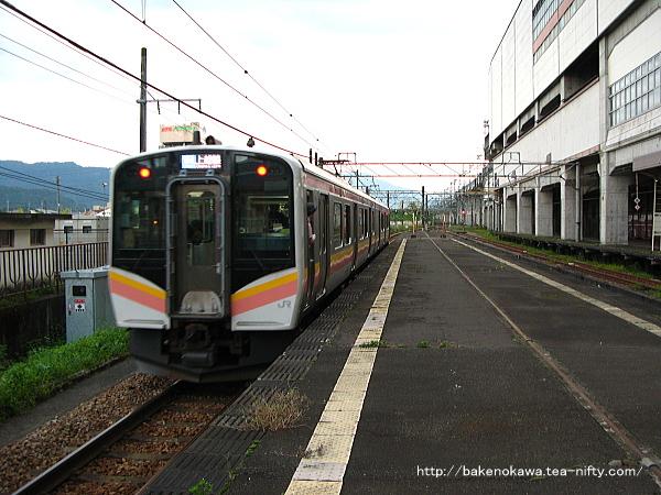 浦佐駅を出発したE129系電車