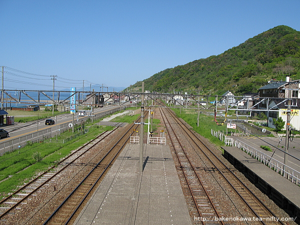 構外跨線橋上から見た谷浜駅構内その1