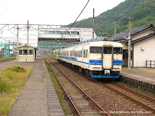 谷浜駅に停車中の413系電車