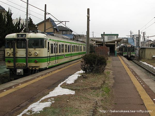 寺尾駅で列車交換する115系電車とE127系電車