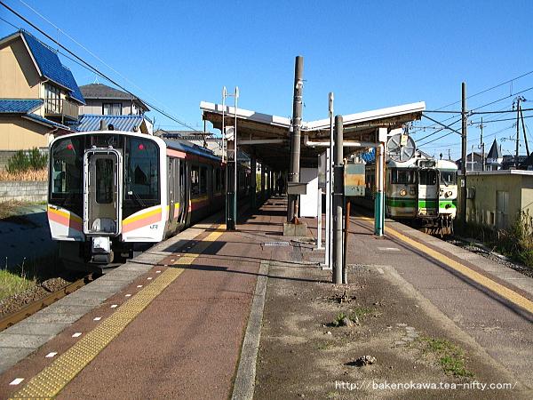 寺尾駅で列車交換するE129系電車と115系電車