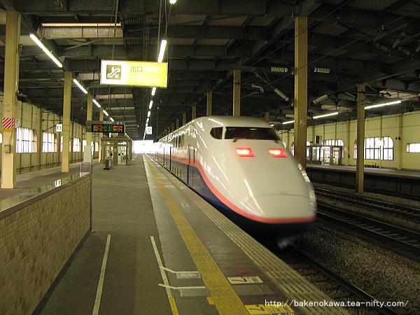 燕三条駅を出発するE1系新幹線電車「MAXとき」