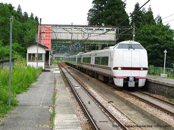 大沢駅を通過する特急「はくたか」
