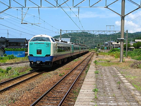 間島駅を通過する485系電車特急「いなほ」その一