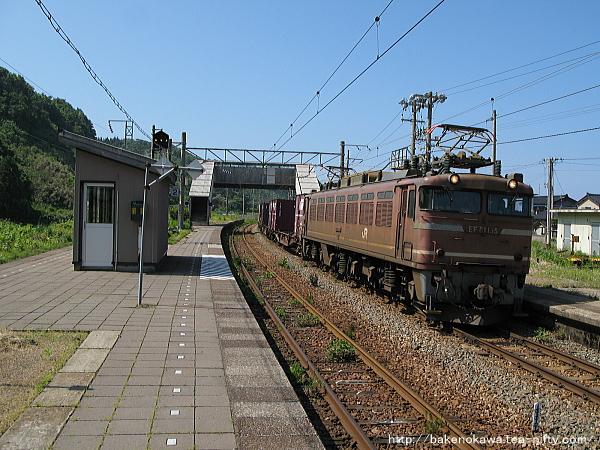 間島駅を通過するEF81形電気機関車牽引の貨物列車
