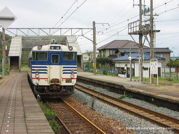 間島駅に停車中のキハ40系気動車
