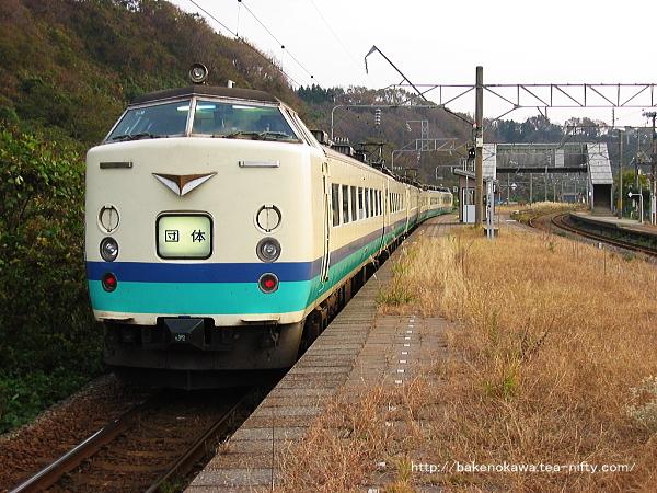 間島駅に停車中の485系電車の団体列車