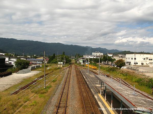 跨線橋上から構内の坂町方を俯瞰で見る