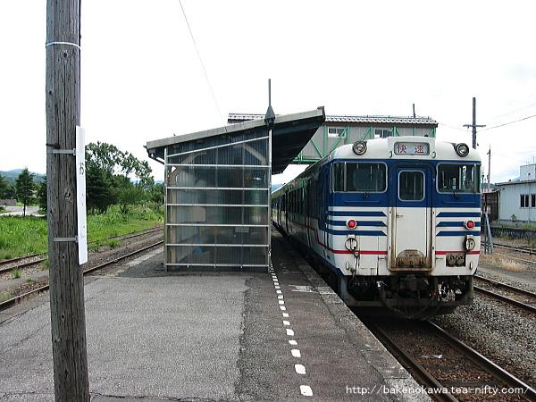 小国駅に停車中のキハ40系気動車時代の快速「べにばな」