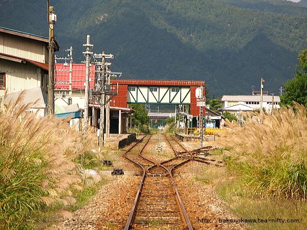 米沢方の踏切から見た小国駅構内